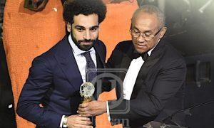 mohamed salah menerima trofi sebagai pemain terbaik afrika musim 2017-18